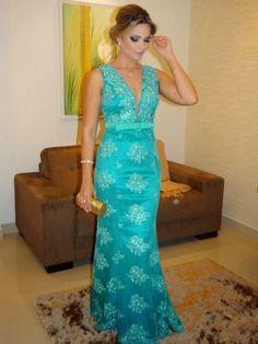 Vestido de formatura azul turquesa e bolsa dourada