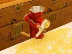 Nyújtás nélkül /50 féle tészta,CSIGATÉSZTA, EPERLEVÉL, NAGY,KOCKA KISKOCKA CÉRNA METÉLT ,ORSÓ TÉSZTA Elf On The Shelf, Food And Drink, Ice Cream, Homemade, Holiday Decor, How To Make, Diy, Spagetti, Home Decor