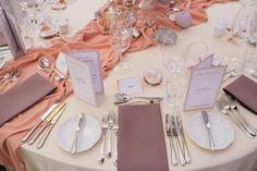 Правильная сервировка и оформление столов - очень важная составляющая при организации особенной свадьбы.  Организация и концепция - #привсехнаедине @dergousova_agency  Декор и флористика - @comilfodecor  Фото - @monro_photography #dergousova_wedding #dergousova_agency #dergousova_table