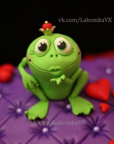 Give me a little kiss Where are all the cute frogs when I'm doin all the kissin? Just sayin ♥ Polymer Clay Animals, Fimo Clay, Polymer Clay Projects, Polymer Clay Charms, Polymer Clay Creations, Polymer Clay Art, Clay Crafts, Fondant Figures, Frog Cakes