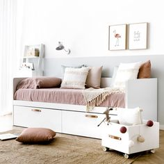 Tera cama con 2 cajones Daybed Pillows, Ikea Daybed, Daybed Room, Bedroom Themes, Home Decor Bedroom, Hemnes Bed, Single Bedroom, Guest Room Office, Aesthetic Bedroom