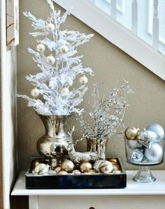 Don't we all dream of having a white Christmas. Snow and Christmas usually go together, but there are regions where snow is rarely seen. Here are some spectacular and sparkling White Christmas decoration ideas that would help you to celebrate create a … Silver Christmas Decorations, House Decorations, Thanksgiving Decorations, Noel Christmas, Christmas Vignette, Christmas Ornaments, Christmas Entryway, Christmas Events, Cheap Christmas