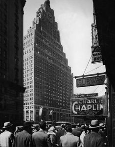 💖 Charlie Chaplin in CITY LIGHTS, showing at the long-defunct, George M. Cohan Theatre on Broadway, Times Square New York City by FPG, 1931 Charlie Chaplin City Lights, Times Square New York, New York Architecture, Modern History, Building Design, The Dreamers, New York City, Broadway, Exterior