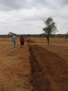 [Massai Gemeinschaft]: Eine Wasserleitung für den Kindergarten muss erneuert werden. Natürlich hilft die ganze Community.  SOCIALTOURIST - Urlaub mit sozialer Verantwortung - Kenia - Kenya