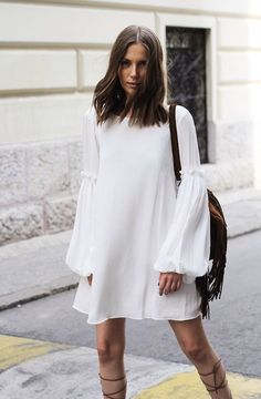 The white bohemian dress – tips to adopt this summer's top trend - Mode et Beaute Pretty Short Dresses, Bohemian Dresses Short, Beautiful White Dresses, White Boho Dress, White Bohemian, Long Sleeve Short Dress, Short Lace Dress, Böhmisches Outfit, Bohemian Chic Fashion
