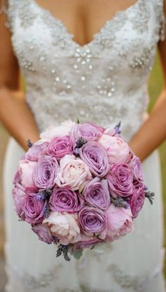 Malva y rosa se combinan en un delicado ramo de novia
