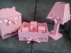 Deixe lindo o quarto da sua bebê!!  Compre agora o Kit rosa menina em Mdf com passa fitas.  Contém: 1 cesta com 3 porta-utensílios, 1 porta fraldas e 1 abajur.  Prazo para confecção 07 dias úteis.  Qualquer dúvida, estamos a disposição! R$ 129,90