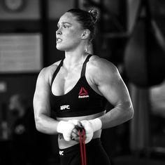 +ronda rousey skipping rope during her training camp. Ronda Rousey Wwe, Ronda Jean Rousey, Ronda Rousey Body, Jiu Jitsu, Fitness Workouts, Fun Workouts, Martial Arts Women, Mixed Martial Arts, Kickboxing