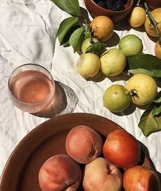 Fruits and citrus at the picnic Little Lunch, Italian Summer, Aesthetic Food, Flower Aesthetic, Summer Aesthetic, Blue Aesthetic, Aesthetic Fashion, Food Styling, Summer Vibes