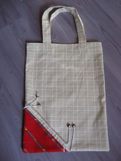 This is a green solution to overcome the lack of plastic bags at supermarket checkouts. This bag goes everywhere and fits easily in a handbag, glove box etc … Supplies: – 2 thick cotton rectangles of – 2 cut strips … - Coin Couture, Couture Sewing, Diy Sac, Diy Bags Purses, Fabric Bags, Bag Making, Reusable Tote Bags, Plastic Bags, Marie Suarez
