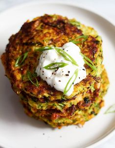 Crispy Garlic Parmesan Zucchini Fritters These crispy zucchini fritters are easy to make, low calorie and perfect for going alongside of grilled steak or chicken. Pair with a dollop of sour cream or your favorite greek yogurt! Steak Recipes, Vegetable Recipes, Vegetarian Recipes, Cooking Recipes, Healthy Recipes, Vegetable Dishes, Clean Eating Snacks, Yummy Food, Gourmet