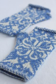 We've been traveling a lot lately and I've taken full advantage of the plane and car time to knit. I started these fingerless mittens for one of my nieces on the plane out to Portland, Oregon and . Fingerless Gloves Knitted, Crochet Mittens, Knit Or Crochet, Crochet Granny, Fair Isle Knitting, Hand Knitting, Knitting Patterns, Knitting Tutorials, Hat Patterns