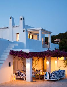 I love whitewashed villas ... the exterior of this villa in Ibiza is perfect. So gorgeously fresh with the contrast of thatbeautifulbouganvilla ... the outdoor area looks so relaxing.xx debravia pufikvia el mueble