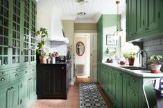 green with black in the kitchen I zöld konyha egy cseppnyi feketével Green Kitchen, Kitchen Colors, Decorating Your Home, Interior Decorating, Interior Design, Rustic Kitchen, Country Kitchen, Sweet Home, Country Style Homes