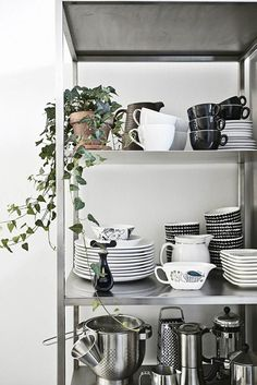 meuble de rangement ouvert dans la cuisine scandinave