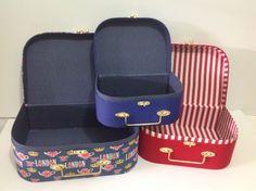 Trio de maletas em cartonagem, papelao e tecido, tema Londres.