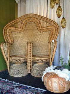 Double wing back peacock chair vintage bohemian boho style interiors decor / Sacred Spaces Bohemian Style Home, Bohemian Interior, Bohemian Living, Bohemian Decor, Vintage Bohemian, Bohemian House, Pouf Cuir, Peacock Chair, Diy Inspiration
