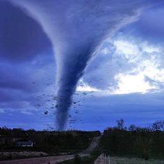Wist je dat een tornado afkomstig is van het woord tronada (onweersbui) en tornar (draaien). En dat deze zeer grote windsnelheden tot wel honderden kilometers per uur kan bereiken?
