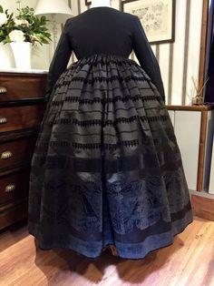 La Basquiña. Saya antigua. Traditional Dresses, Victorian, Regional, Skirts, Valencia, Ideas, Fashion, Folklore, Vintage Gowns