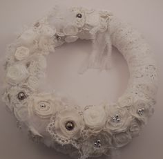 Couronne de style shabby chic blanche en tissus perle et for Couronne shabby chic