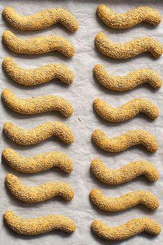Vegan Greek sesame and olive oil cookies (koulourakia) Koulourakia Recipe, Cinnamon Extract, Sesame Cookies, Greek Cookies, Vegan Greek, Middle Eastern Desserts, Greek Sweets, No Bake Cookies, Greek Recipes