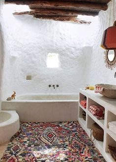 I tappeti Boucherouite sono realizzati a mano dalle donne Berbere del Medio e Alto Atlante in Marocco, utilizzando del materiale di recupero in cotone, fibre sintetiche e raramente lana. I loro disegni e i loro colori propongono incredibili rimandi grafici e cromatici ad opere di maestri dell'arte moderna e contemporanea (Kandinsky, Klee, Mondrian per citarne alcuni). Splendidi da appendere, morbidi a terra, con la loro meravigliosa esplosione di colori illuminano ogni ambiente