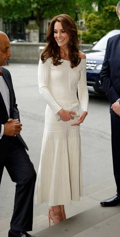 On Kate Middleton: Barbara Casasola dress; Middleton styled the feminine long-sleeve off-the-shoulder dress with a matching white clutch and peach-hued heels. Moda Kate Middleton, Style Kate Middleton, Princesse Kate Middleton, Kate Middleton Photos, Lady Diana, Gala Dinner, Prince William And Kate, William Kate, Prince Charles