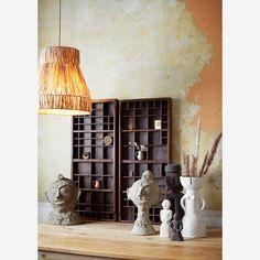 Op zoek naar natuurlijke elementen om jouw woning de nodige warmte te geven? Zoek niet verder en kijk naar ons ruim aanbod aan natuurlijke lampen. Deze hanglamp is gemaakt van zonnegras. Een warme lichtbron erbij en sfeer is verzekerd. Hang de lamp in jouw woonkamer, hal of slaapkamer. Fibre, Green Rooms, White Vases, Decorative Accessories, Stoneware, Shelves, House Design, Commerce Équitable, Furniture