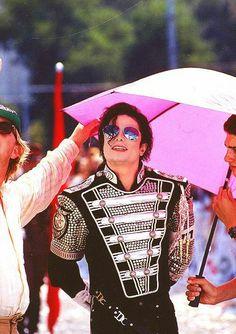Michael jackson with pink umbrella Michael Jackson Memes, Michael Jackson Wallpaper, Photos Of Michael Jackson, Jackson Family, Janet Jackson, Familia Jackson, King Of Music, The Jacksons, John Wayne