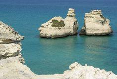 Torre do Urso. É famosa pela sua praia de areia fina e clara. Este local apresenta águas deslumbrantes, limpíssimas graças às correntes do Estreito de Otranto. E por causa dessa característica, é freqüentada por muitos turistas no verão. Foi premiada várias vezes com a Bandeira Azul da Europa.  Fotografia: Hydruntum.