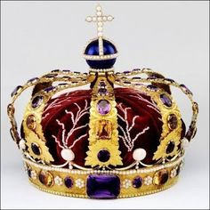 Queen's Crown 1830 orway Queen's Crown, made in Stockholm in 1830 consisting of a gold circlet of eight larger stones (two amethysts, four topazes and two chrysoprases) alternating with eight smaller stones (amethysts) with rosettes of seven small pearls between each of these and surrounded by an engraved design of roses leaves.
