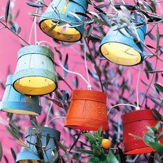 Guirlande lumineuse avec lampions faits dans des pots de beurre d'Echiré en bois peints en rouge et bleu