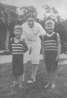 This photo of JFK at about age 6 with his brother Joe, Jr., and an unknown friend in the seaside town of Cohassett, Massachusetts was sent to Kennedy on Easter Sunday, 1962 by Edward C. John Kennedy, Caroline Kennedy, Jacqueline Kennedy Onassis, Greatest Presidents, American Presidents, American History, Rosemary Kennedy, Jack Johns, Familia Kennedy