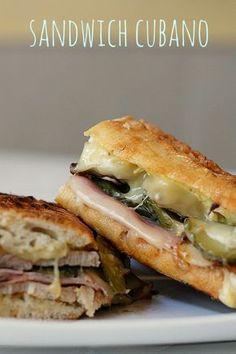 Pan sin mucha miga, jamon cocido, pata de cerdo, queso gouda, pepinillos, mostaza amarilla, y mantequilla para untar el pan por fuera antes de ponerlo a la plancha con un peso encima. Gourmet Sandwiches, Panini Sandwiches, Delicious Sandwiches, Wrap Sandwiches, Kubanisches Sandwich, Sandwich Recipes, Deli Food, Good Food, Yummy Food
