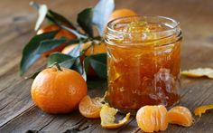 Такое варенье часто называют новогодним – из-за характерного запаха. Многие хозяйки применяют его как начинку для пирогов – уж очень вкусно и ароматно получается. Да и для зимнего чаепития нет ничего приятнее, чем такое лакомство! Рецепт №1. Чтобы приготовить такое варенье, нужно взять: 2 килограмма корок от больших мандаринов 2 стакана сахара 2 небольших лайма […]