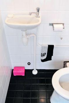 piso pintado com tinta epoxi: solução barata para o deplorável estado do banheiro lá de casa.