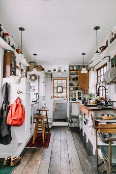 Petite maison simple : un havre de paix de – ClemAroundTheCorner - Fr Tutorial and Ideas Küchen Design, Interior Design, Design Ideas, Design Blog, Tiny Homes Interior, Interior Ideas, Nordic Interior, Loft Design, Interior Inspiration