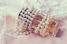 Chanel perfume & pearls. Chanel No 5, Chanel Pearls, Coco Chanel, Pearl Love, Pearl And Lace, Anais Nin, Scent Of Obsession, Perfume Vintage, Image Beautiful