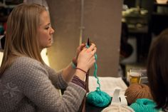 Johnny Be Good - Knitting Party - Décembre 2012 Johnny Be Good, Johnny Was, Turquoise, Knitting, Hair Styles, Party, Fashion, Hair Plait Styles, Moda