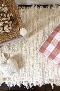 DOUCEUR - comme l' envie d' y poser nos pieds et de profiter de cette sensation agréable. Notre tapis Moumoute est disponible sur www.sohomeso.fr #chambreenfant #tapismoumoute #tapisbeige #tapischambre #tapiscotontoutdoux Comme, Burlap, Reusable Tote Bags, Collection, Home Decor, Budget, Beige Carpet, Room Carpet, Envy