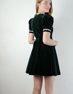 ★ storewide sale: http://www.etsy.com/shop/jessjamesjake ★    Lovely vintage dress, with a lace peter pan collar, short sleeves, flared skirt, and
