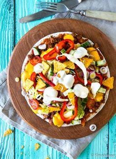 Tämä on paras tapa syödä tortilloja. Pursuilevien täytteiden kanssa ei tule ongelmaa, kun tortillasta tekee pizzan. Päälle voi kasata reilusti salaattia!