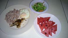sahur hari ke 2 nasi beras merah, ikan bakar, telur ceplok, tumis brokoli