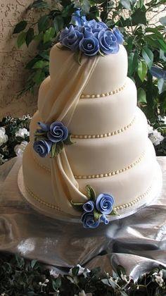 bella l'idea del drappeggio tenuto fermo dai fiori, purtroppo applicabile solo alle torte americane.