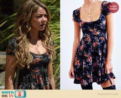 Haley's black floral scoop neck dress on Modern Family.  Outfit Details: http://wornontv.net/37503/ #ModernFamily