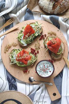 Savory sandwiches: raw zucchini, salmon and dill sauce Finger Food Appetizers, Finger Foods, Sandwich Original, Dill Sauce, Bruschetta, Sandwiches, Zucchini, Salmon, Vegan