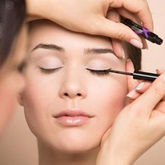 Paint the canvas of your face with bold strokes and confident hands with this ultimate eyeliner guide. Let your eyeliner help you stand out! Makeup Tutorial Eyeliner, Eye Makeup Tips, Eyeliner Ideas, Eyeliner Styles, How To Apply Eyeshadow, How To Apply Mascara, Applying Eyeliner, Step By Step Eyeliner, Eyeliner For Beginners