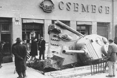Budapest Russian tank gets stuck Military Photos, Military History, Ww2 History, T 34 85, Diorama, Retro Kids, Military Armor, Budapest Hungary, Budapest City