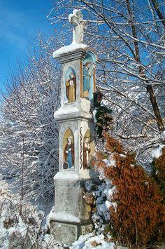 Kapliczka św Kingi stoi w pobliżu skrzyżowania drogi gminnej 104 z drogą do nieistniejącego już dworu. Koźmice Małe.