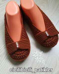 Slipper Socks, Crochet Slippers, Tory Burch Flats, Mary Janes, Winter Fashion, Peep Toe, Knitting, Lady, Heels